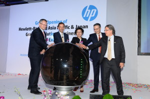 HP Executives and Guest of Honor, Thien Kwee Eng, Assistant Managing Director of the Singapore Economic Development Board, at the opening ceremony for the HP Graphics Solutions Centre of Excellence and new Indigo Ink Manufacturing facility