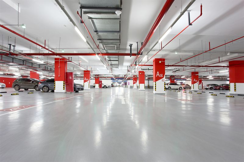 The clear colours and wide open spaces of seamless flooring in the car park reflect the spacious, sprawling feel of the mall itself.